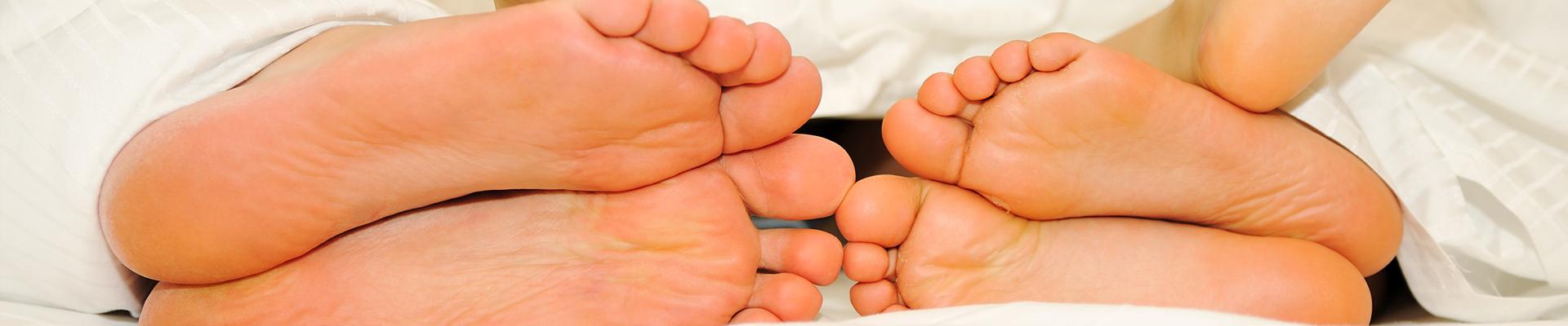 Voetklachten worden vaak voor lief genomen. Maar als je er niets aan doet kunnen het slepende klachten worden en die kunnen weer andere klachten veroorzaken. Gevoelige en zwakke voeten kunnen van grote invloed zijn op de werking van het mechanisme dat de houding en beweging van ons lichaam bepaalt.